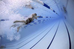 Sport dla nastolatka basen pływanie